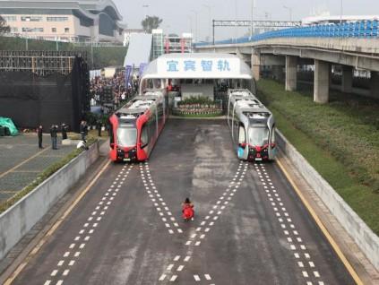 全球首条智能轨道快运系统昨天在四川宜宾开通