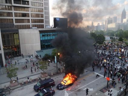 美国示威者砸CNN大楼焚烧国旗 警方出动装甲车