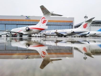 中国三大航空央企接收首架国产飞机ARJ21