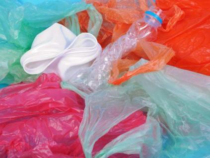 科学家创造超级酶 将塑料数日内分解为基础成分