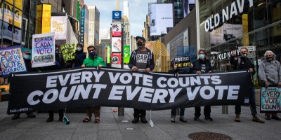 美国多个城市点票站爆发抗议