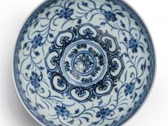 美旧货摊购得明青花瓷碗拍出2万倍高价 逾72万美元落槌