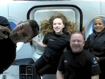 SpaceX史上第一全素人太空团返回地球 落海画面曝光